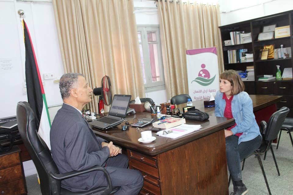 """لقاء جمع الصحفية الأمريكية""""miriam Berger """" مع المدير التنفيذى لجمعية أرض الانسان الفلسطينية"""