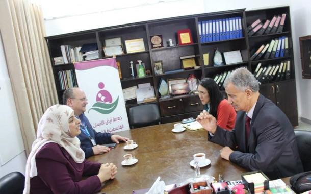 زيارة لجمعية ارض الانسان الفلسطينية الخيرية لتقديم التهنئة بسلامة المديرالتنفيذى