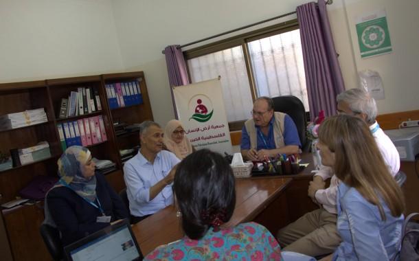 جمعية أرض الانسان الفلسطينية تستقبل داخل مركزها وفد من مؤسسة اليونيسيف