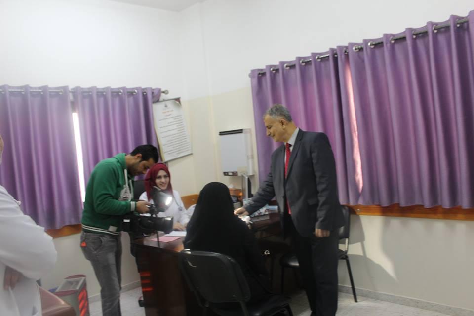 الدكتور عدنان الوحيدى بصحبة التلفزيون القطري لتغطية انشطة المشاريع الصحية