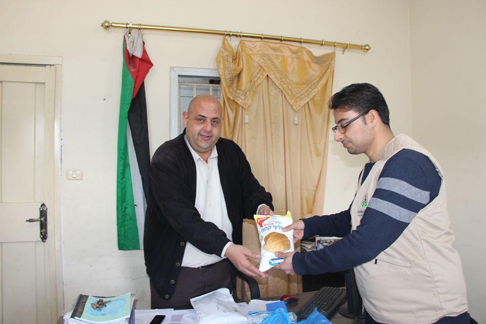 جمعية أرض الانسان الفلسطينية تقديم خدماتها لأحد مستفيديها داخل الحجر الصحى في ظل انتشار فيروس كورونا المستجد